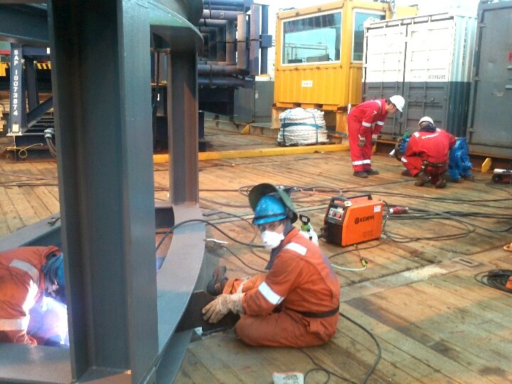 Hermes workers at vessel installation